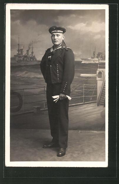 Foto-AK Matrose in Uniform steht auf einem Schiff, U-Boot-Fahrer