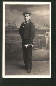 Foto-AK Matrose in Uniform steht auf einem Schiff, U-Boot-Fahrer 0