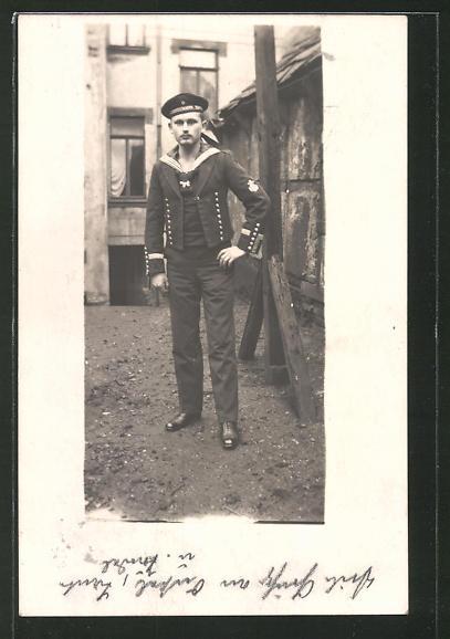 Foto-AK Matrose in Uniform steht in einer Gasse, U-Boot-Fahrer 0