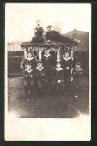 Foto-AK Gruppenbild von Matrosen in Uniform, U-Boot-Fahrer