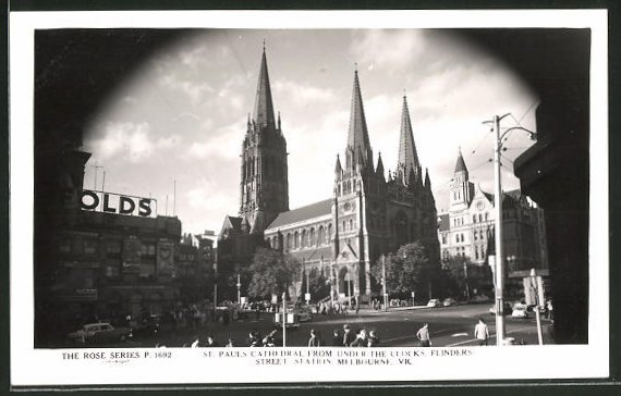 AK Melbourne, St. Pauls Cathedral from unter the Clocks, Flinders street station