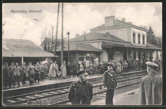 AK Montmédy, wartende Soldaten am Bahnhof