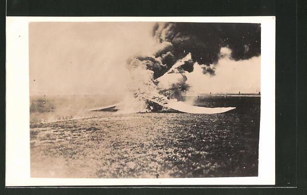 Foto-AK brennende Trümmer eines Flugzeugs