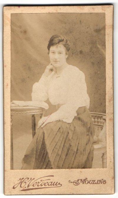 Fotografie H. Verdeau, Moulins, Portrait junge Bürgertochter an einem Tisch