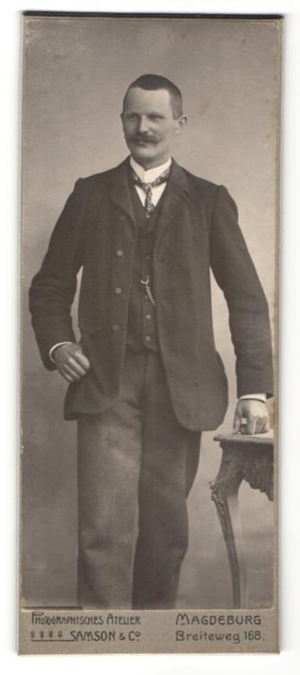 Fotografie Samson & Co., Magdeburg, Mann mit Schnauzbart im Anzug