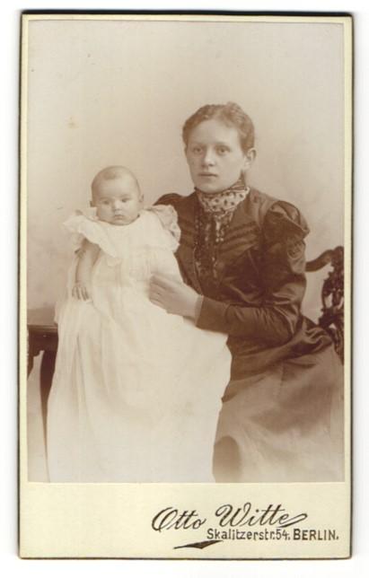 Fotografie Otto Witte, Berlin, Portrait junge Mutter mit ihrem Säugling