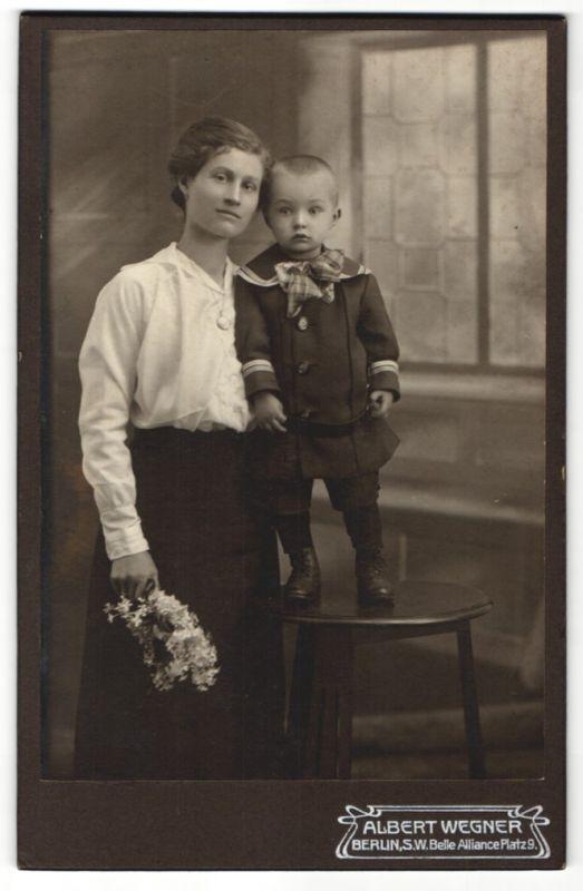 Fotografie Albert Wegner, Berlin S.W., Portrait junge Mutter mit ihrem Sohn