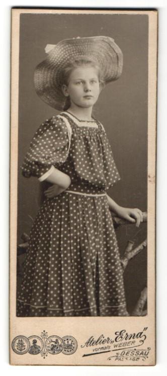 Fotografie Atelier Erna, Dessau, Portrait Mädchen im geblümten Kleid mit Strohhut