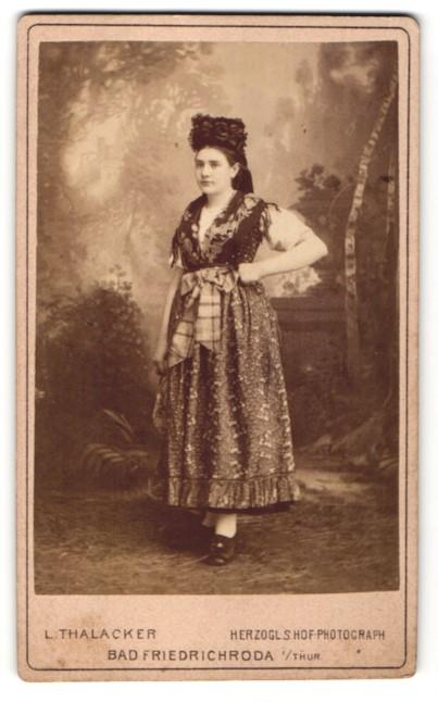 Fotografie L. Thalacker, Bad Friedrichroda i. Thür., Portrait junge Frau in Tracht