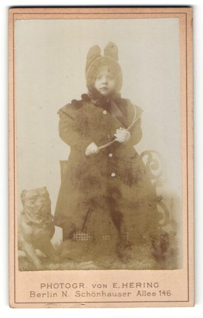 Fotografie E. Hering, Berlin N., Portrait Mädchen im Wintermantel mit Mütze