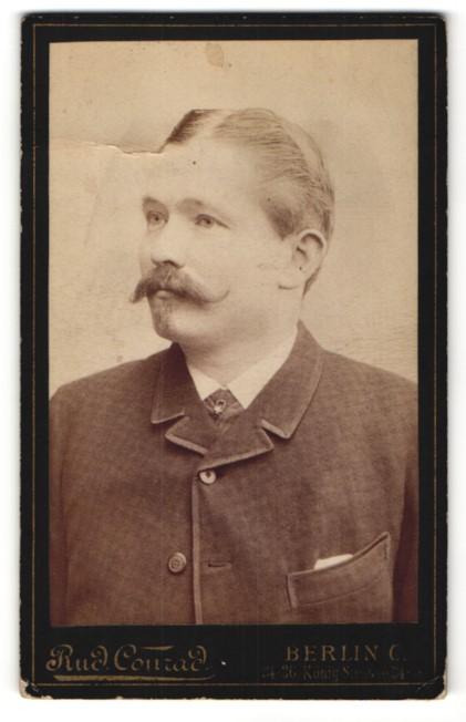 Fotografie Rud. Conrad, Berlin C., Portrait Bürgerlicher mit Bart und gegeltem Haar