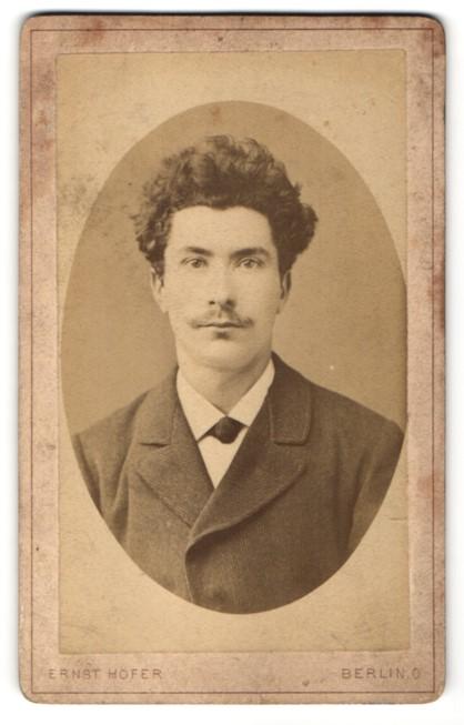 Fotografie Ernst Höfer, Berlin O., Portrait junger Bürgerlicher mit lockigem Haar