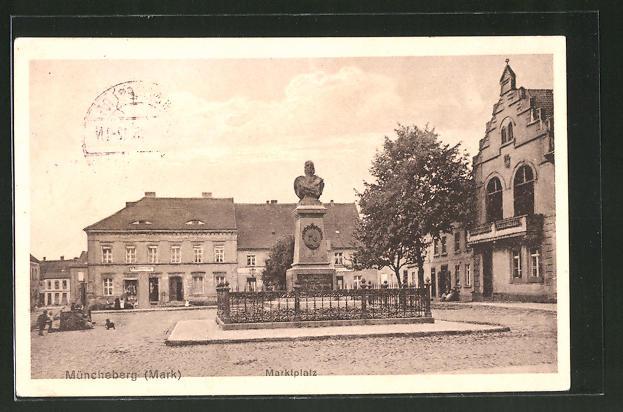 AK Müncheberg, Marktplatz mit Denkmal