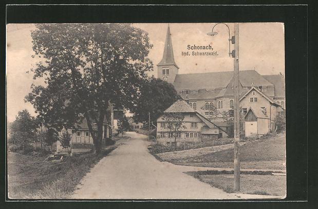 AK Schonach i. bad. Schwarzwald, Strassenpartie mit Kirchblick