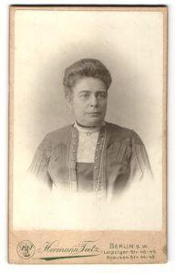 Fotografie Hermann Tietz, Berlin S.W., Portrait Bürgerliche im prachtvollen Kleid