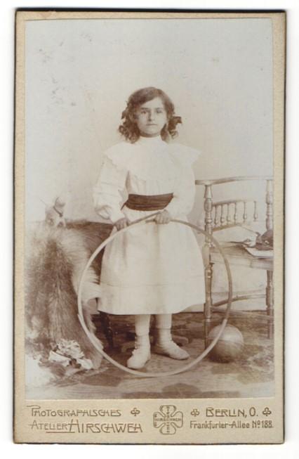 Fotografie Atelier Hirschweh, Berlin O., Portrait Mädchen mit Spielzeugreifen