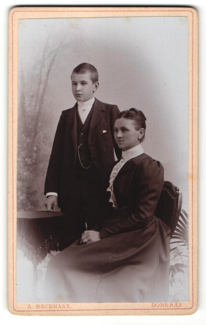 Fotografie A. Beckmann, Doberan, Portrait Mutter und Sohn in Sonntagsstaat
