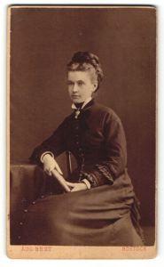 Fotografie Aug. Best, Rostock, Portrait schöne Dame in schwarzem Kleid