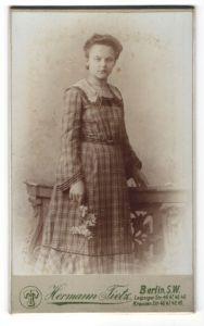 Fotografie Hermann Tietz, Berlin S.W., Portrait junge Frau in kariertem Kleid