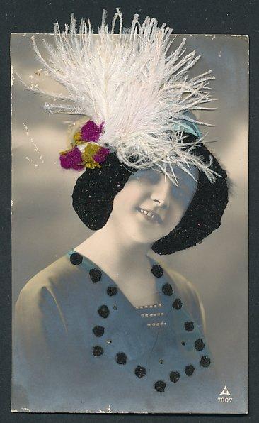 AK Frau mit Hut aus Filz und echten Federn