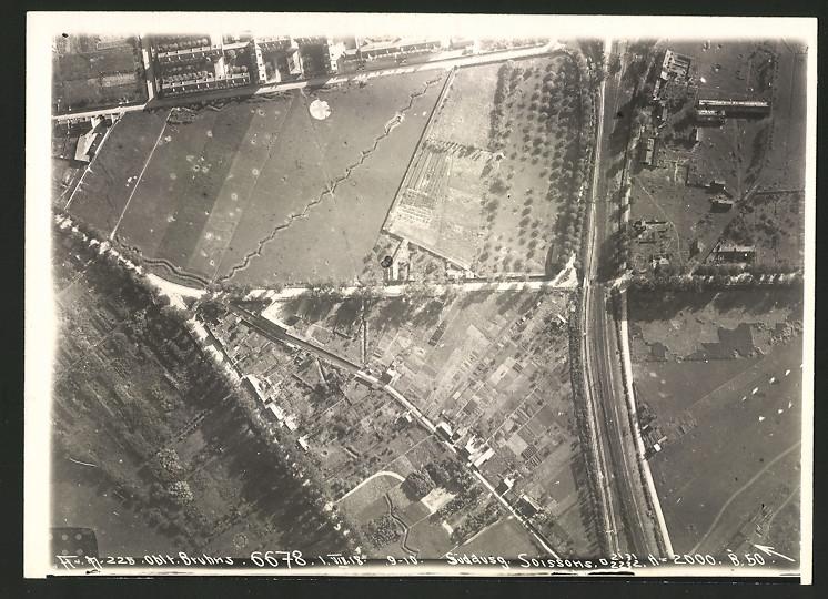 Fotografie 1.WK, Ansicht Soissons, Luftbild der Fliegerabteilung 225 zeigt Schützengräben und Eisenbahntrasse