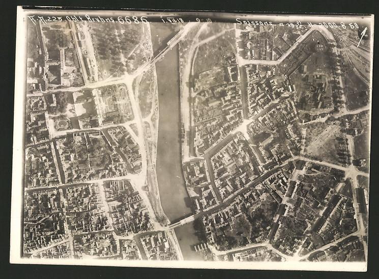 Fotografie 1.WK, Ansicht Soissons, Luftbild der Fliegerabteilung 225 zeigt Flusslauf im Bereich der Innenstadt