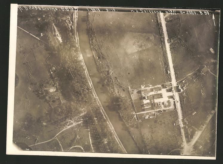 Fotografie 1.WK, Ansicht Soissons, Luftbild der Fliegerabteilung 225 zeigt den Frontverlauf am Stadtrand