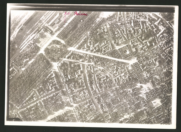 Fotografie 1.WK, Ansicht Reims, Luftbild der Fliegerabteilung 261 zeigt einen Teil des Bahnhofes am Stadtrand