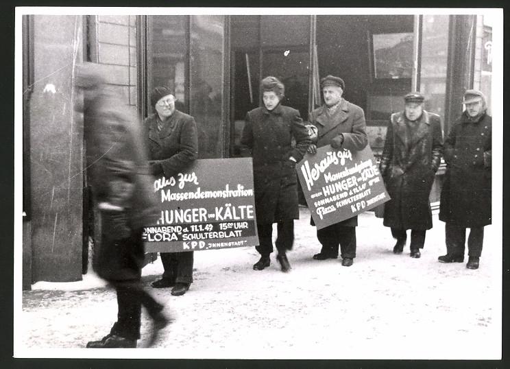 Fotografie Demonstranten der KPD mit Schildern um 1947