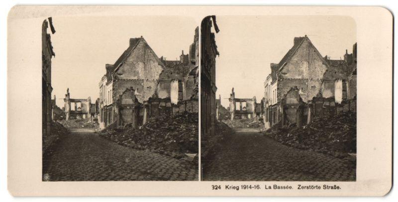 Stereo-Fotografie Fotograf und Ort unbekannt, Ansicht La Bassée, zerstörte Strasse der Ortschaft