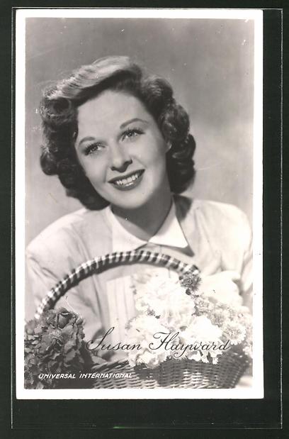 AK Schauspielerin Susan Hayward lächelnd mit Blumenkorb posierend