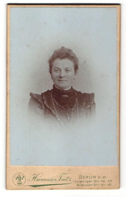 Fotografie Hermann Tietz, Berlin S.W., Portrait Dame im Kleid mit Rüschenbesatz