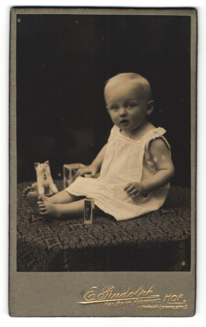 Fotografie E. Rudolph, Hof i. B., Portrait Kleinkind mit Spielzeug