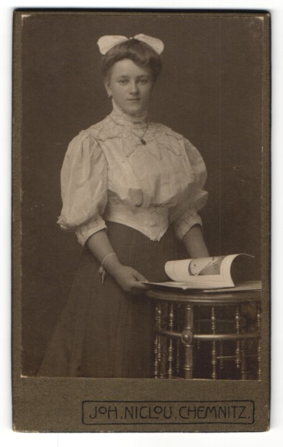 Fotografie Joh. Niclou, Chemnitz, Portrait bürgerliche junge Dame mit Haarschleife