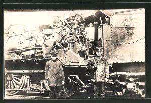 Foto-AK Zerstörte Lok einer Militärbahn