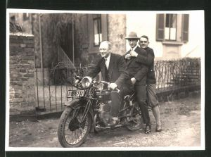 Fotografie Motorrad NSU, Männer auf Krad sitzend