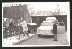 Fotografie Auto Sachsenring Trabant 601, Trabbi steht vor einer Garage