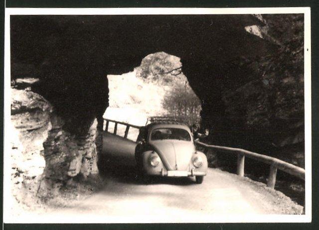 Fotografie Auto VW Käfer, Volkswagen PKW mit Dachgepäckträger auf einer Passstrasse