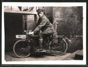 Fotografie Motorrad NSU, Fahrer auf Krad sitzend