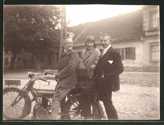 Fotografie Motorrad Zündapp, Paar auf LKrad sitzend, Kennzeichen: IA-1943