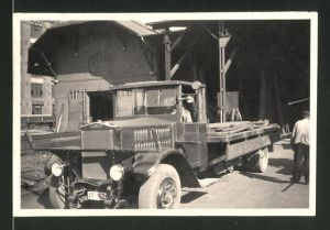 Fotografie Lastwagen Krupp, LKW-Pritsche wird mit Holz beladen