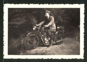 Fotografie Motorrad BMW, Fahrer in Jägerkleidung auf Krad sitzend