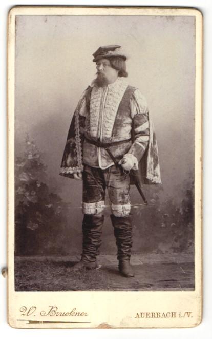 Fotografie W. Bruckner, Auerbach i. V., Schauspieler im Bühnenkostüm als König Gustav Adolf von Schweden