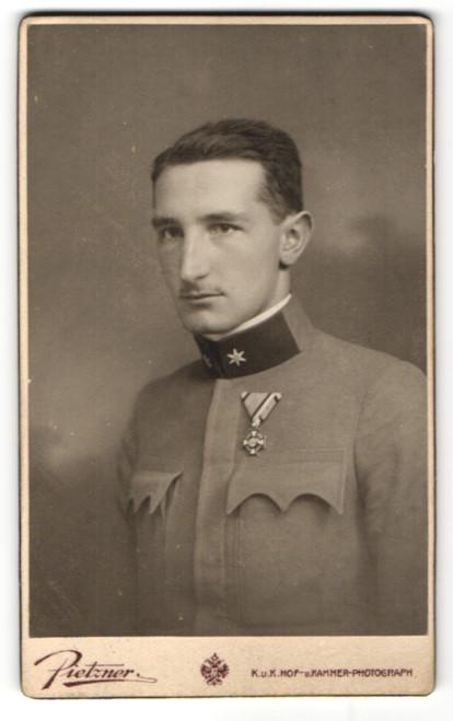 Fotografie Pietzner, Wien, Portrait Österreichischer Soldat in Uniform mit Orden