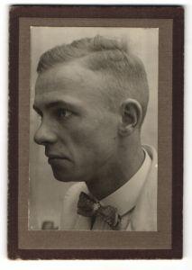 Fotografie Portrait junger Mann mit Fliege & moderner Kurzhaar-Frisur