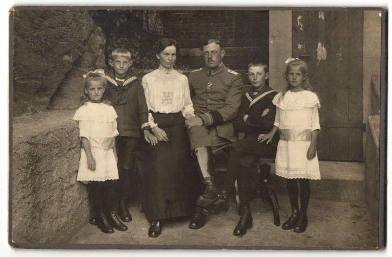 Fotografie Offizier in Uniform nebst Familie, Knaben in Marineuniform