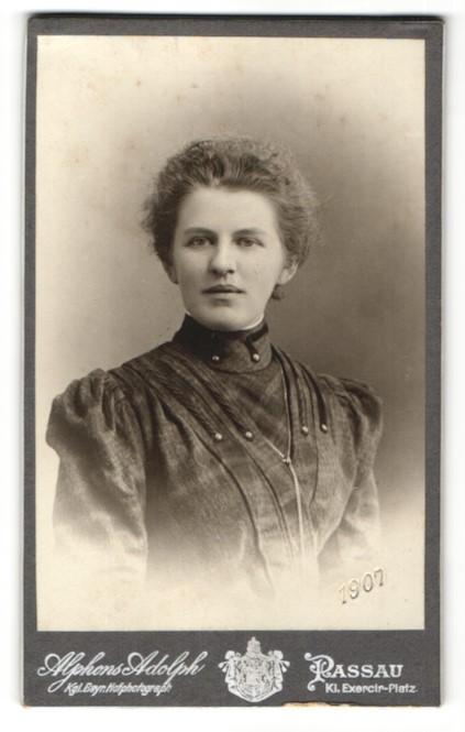 Fotografie Alphons Adolph, Passau, Portrait Dame mit zurückgebundenem Haar