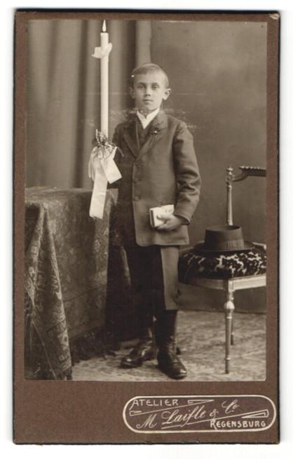 Fotografie M. Laifle & Co, Regensburg, Portrait Knabe mit Kerze