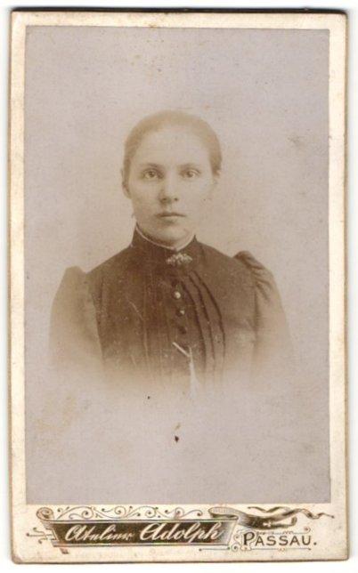 Fotografie Alphons Adolph, Passau, Portrait Fräulein mit zurückgebundenem Haar