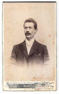 Fotografie Louis Müller, Hameln a/W, Portrait Herr mit Oberlippenbart